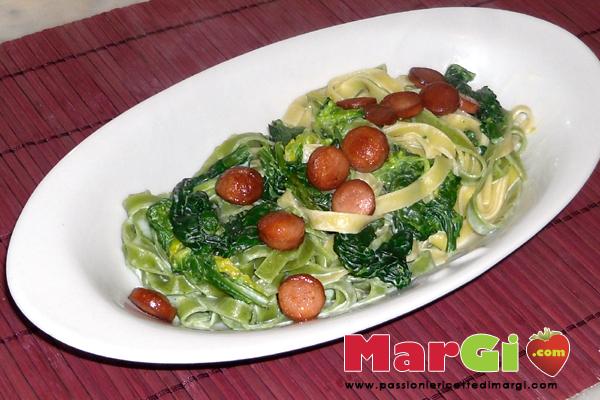Tagliatelle con spinaci e wurstel
