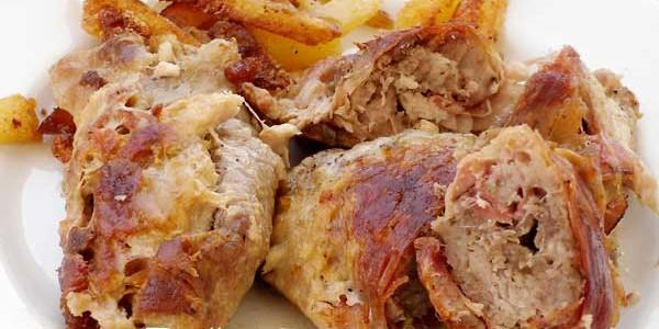 Involtini di maiale con speck e salsiccia
