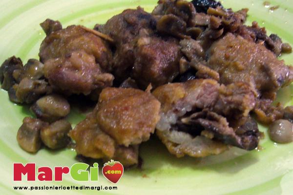 maiale con funghi e olive