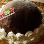 Zuccotto con panna, fragole e cioccolato