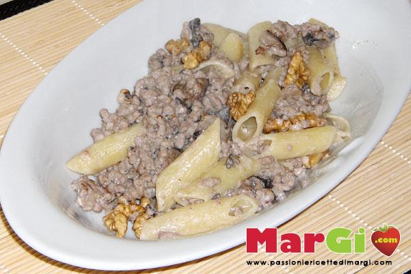 Pasta alle noci con panna e carne macinata