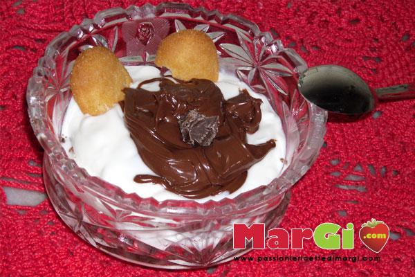 Yogurt bianco con nutella e biscotti