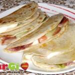 Piadina ricetta tricolore con insalata crudo e stracciatella