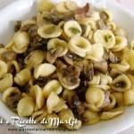 Pasta con funghi e zucchine con pancetta