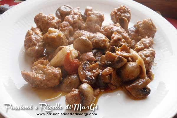 Bocconcini di pollo e salsiccia con funghi