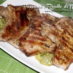 Bistecche di maiale alla piastra con zucchine in crema