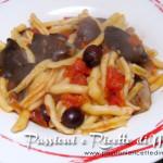 Cavatelli con funghi al pomodoro e olive