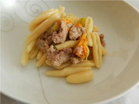 ricetta pasta con fiori di zucca e salsiccia